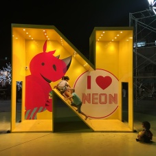 neon night market (5)