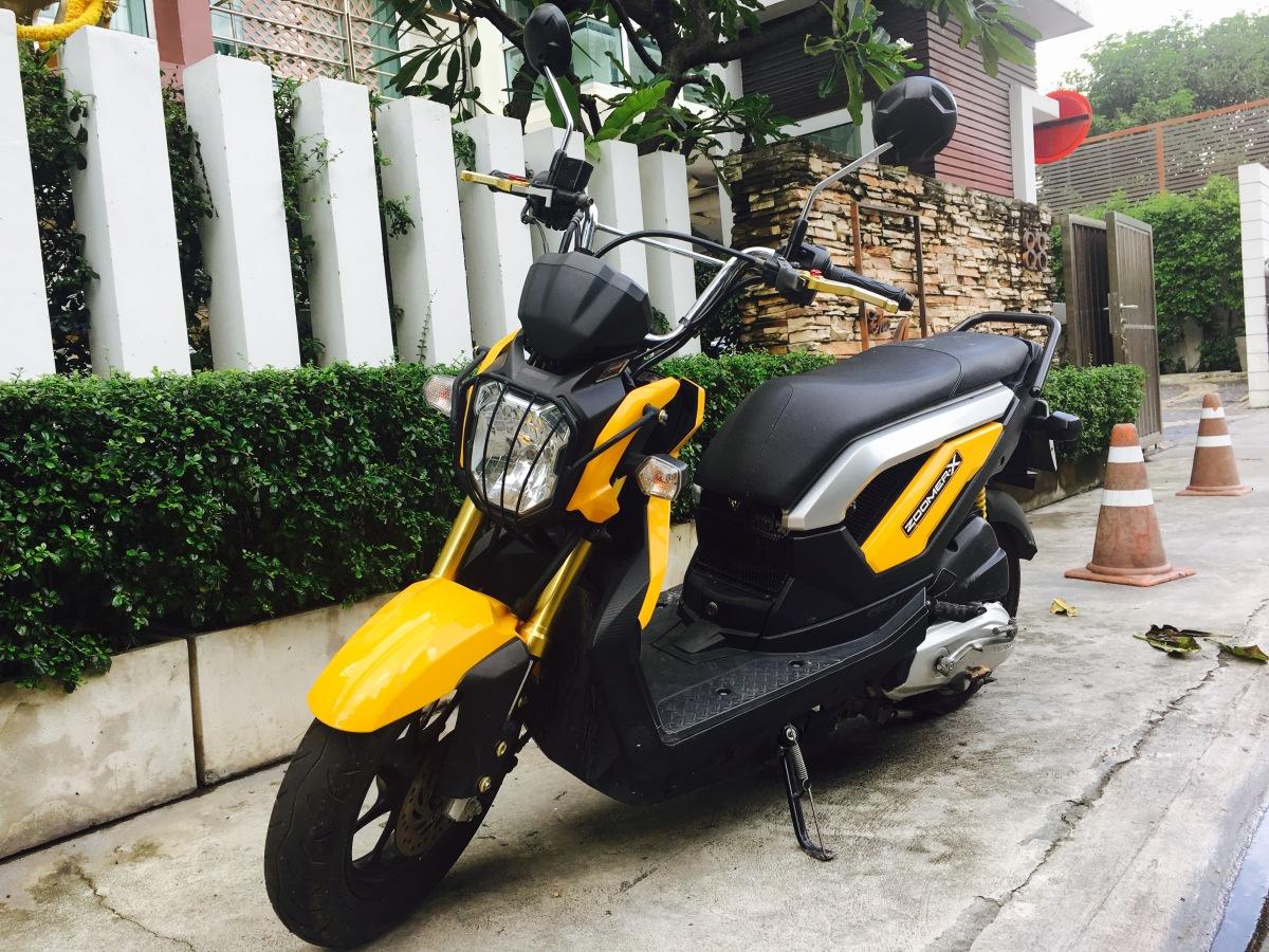 Acheter et conduire un scooter sur Bangkok